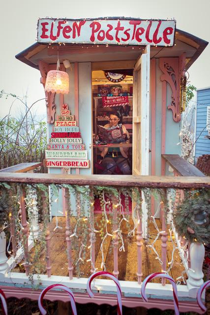 Die Elfe wartet in ihrer Poststelle auf Kinder mit Wunschzetteln