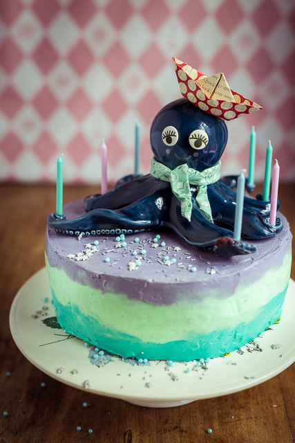 Die Kerzen habe ich mit Heißklebepistole auf den Cake Topper geklebt