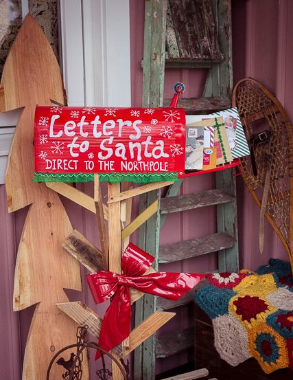 Nach der Abgabe in der Elfenpoststelle werden die Wunschzettel an den Nordpol transportiert, damit der Weihnachtsmann auch antworten kann