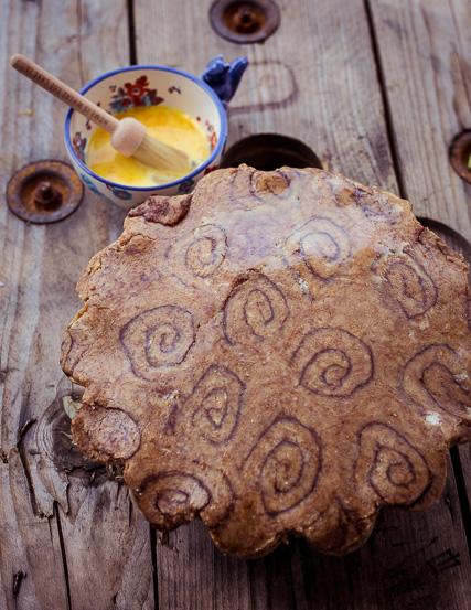 Hier kann man ganz gut die Cinnamon Roll Struktur für den Deckel erkennen. Das Ganze dann noch mit Ei bestreichen.