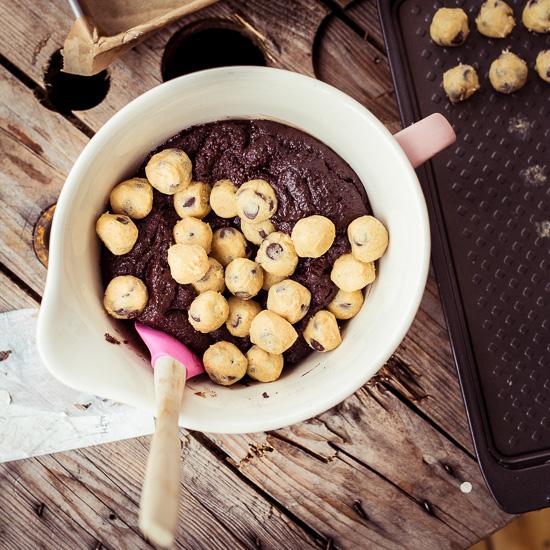 Die Cookie Kugeln müssen so gut wie gefroren sein, sonst lösen sie sich ganz schnell auf
