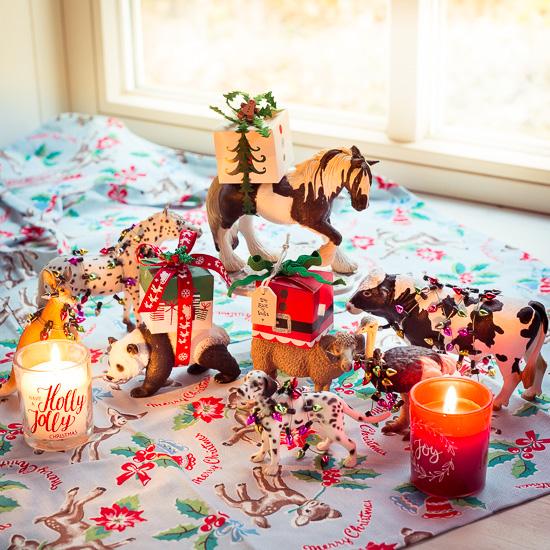 Bei meiner Weihnachtstischdeko helfen alle Tiere mit. Bis auf die Rote Katze :-)