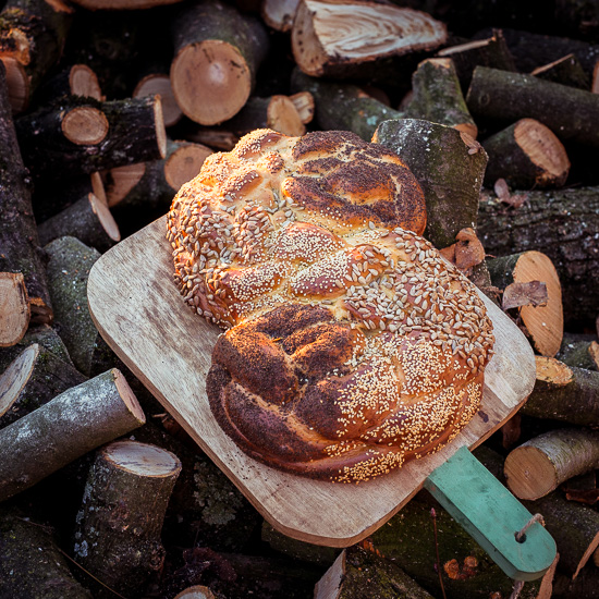 frisches Challah Brot in S-Form