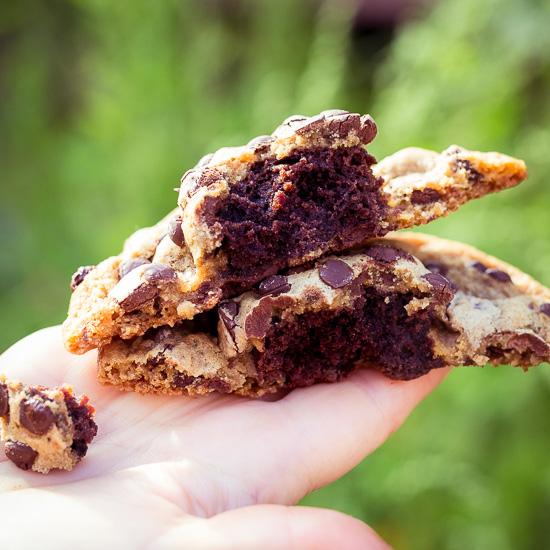 Die Riesen Chocolate Chip Cookies haben einen Brownie Kern
