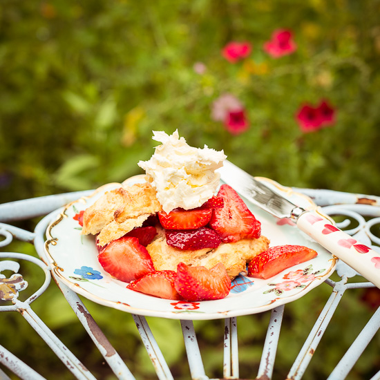mit Erdbeeren und Clotted Cream