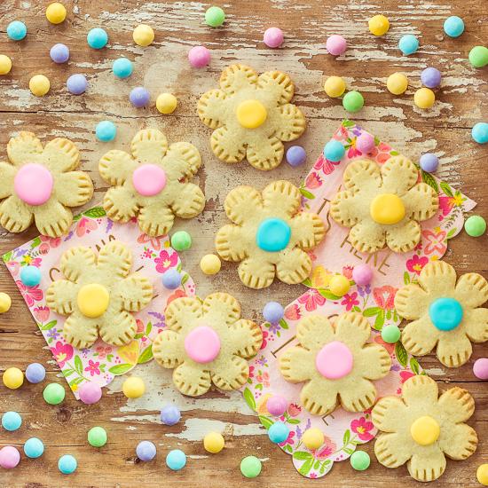 Die Blumenkekse haben eine Marmeladenfüllung