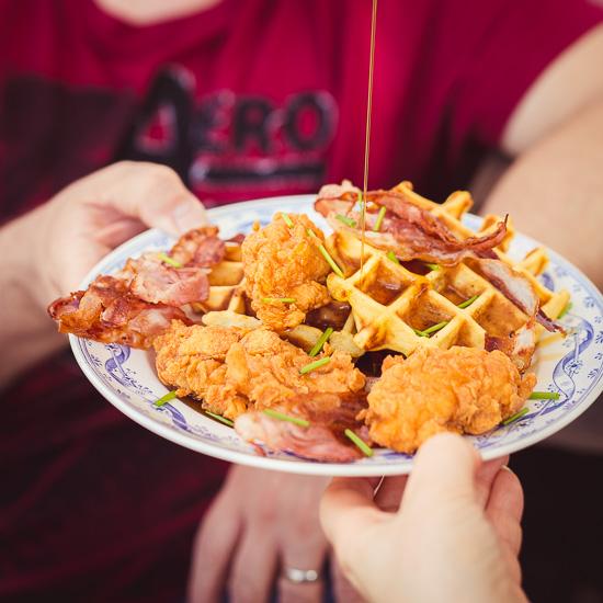 Maiswaffeln, frittiertes Hühnchen und Bacon. Den Ahornsirup darf man nicht vergessen :-)