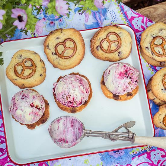 Für das Eis: Gekauftes Vanilleeis mit Johannisbeersosse geswirled und Kuchenstreusel reingerührt!
