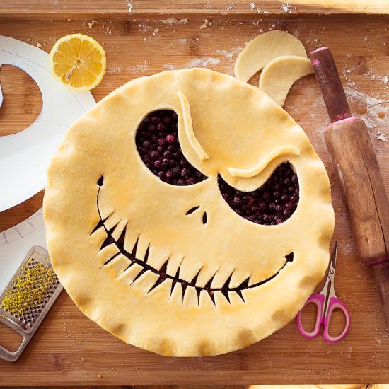Hier sieht Du wie der Blueberry Halloween Pie vor dem Backen eingeschnitten wird.