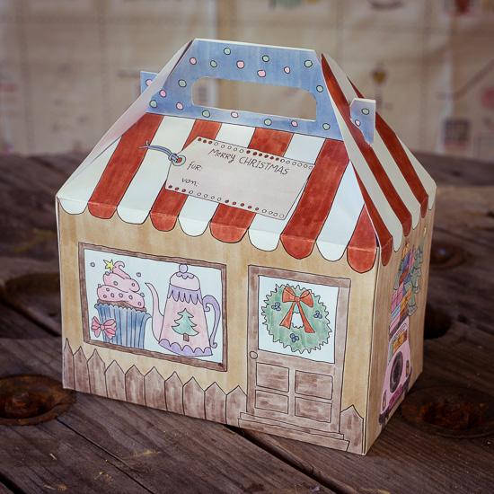 Um die gebacken Kekse auch ordentlich verschenken zu können, habe ich eine spezielle Box entworfen. Die gibt´s auch separat in meinem Shop