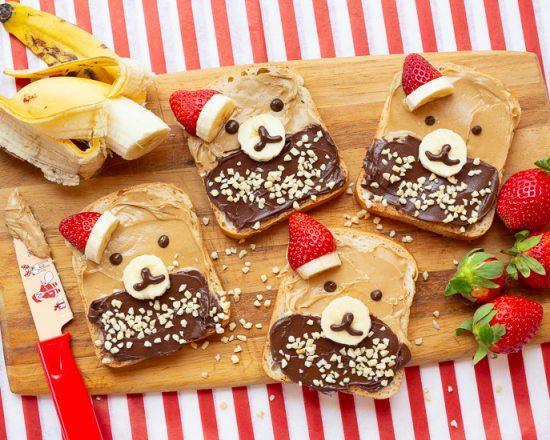Ein Peanutbutter und Schokocreme Toast mit Bärengesicht als Frühstück