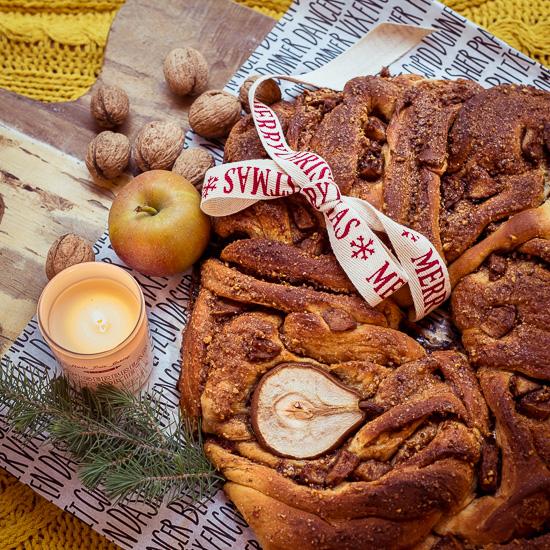 Die schwedischen Zimtknoten aus School of Baking mit einer Aüfel Füllung als Weihnachtskranz