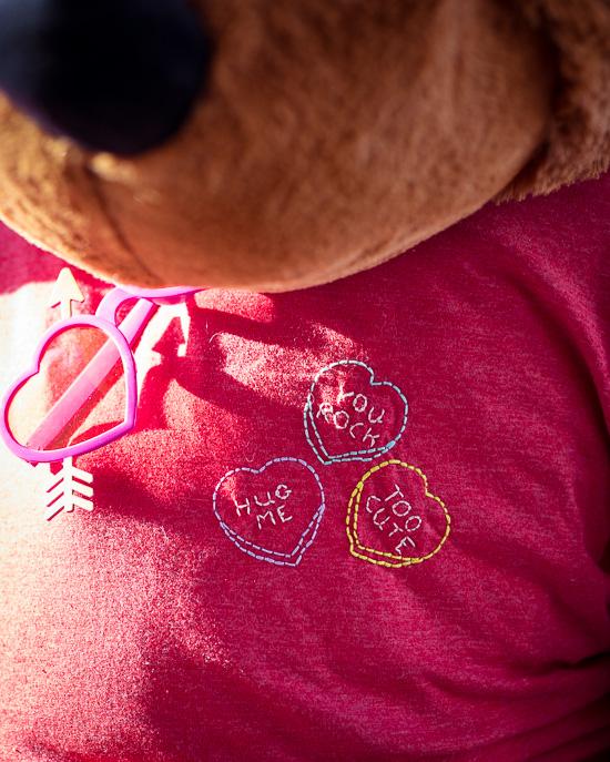 Das T-Shirt habe ich dann im Conversation Hearts Stil bestickt